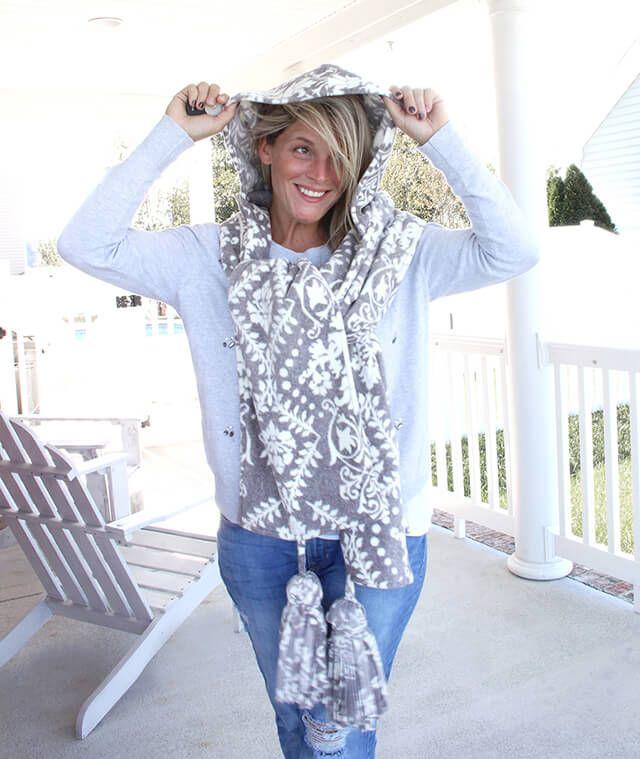 Free pattern: Hooded fleece scarf with tassels