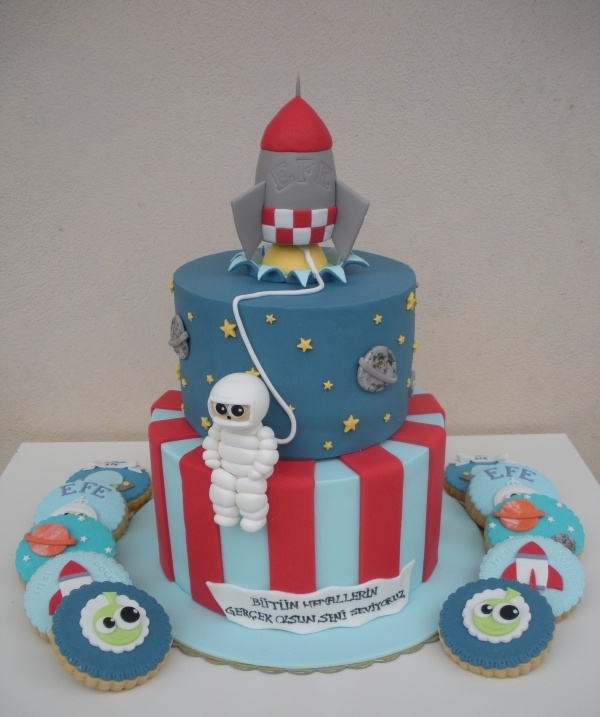 Space cake with astronaut and rocket ship by PasticcinoMio on cakecentral.com