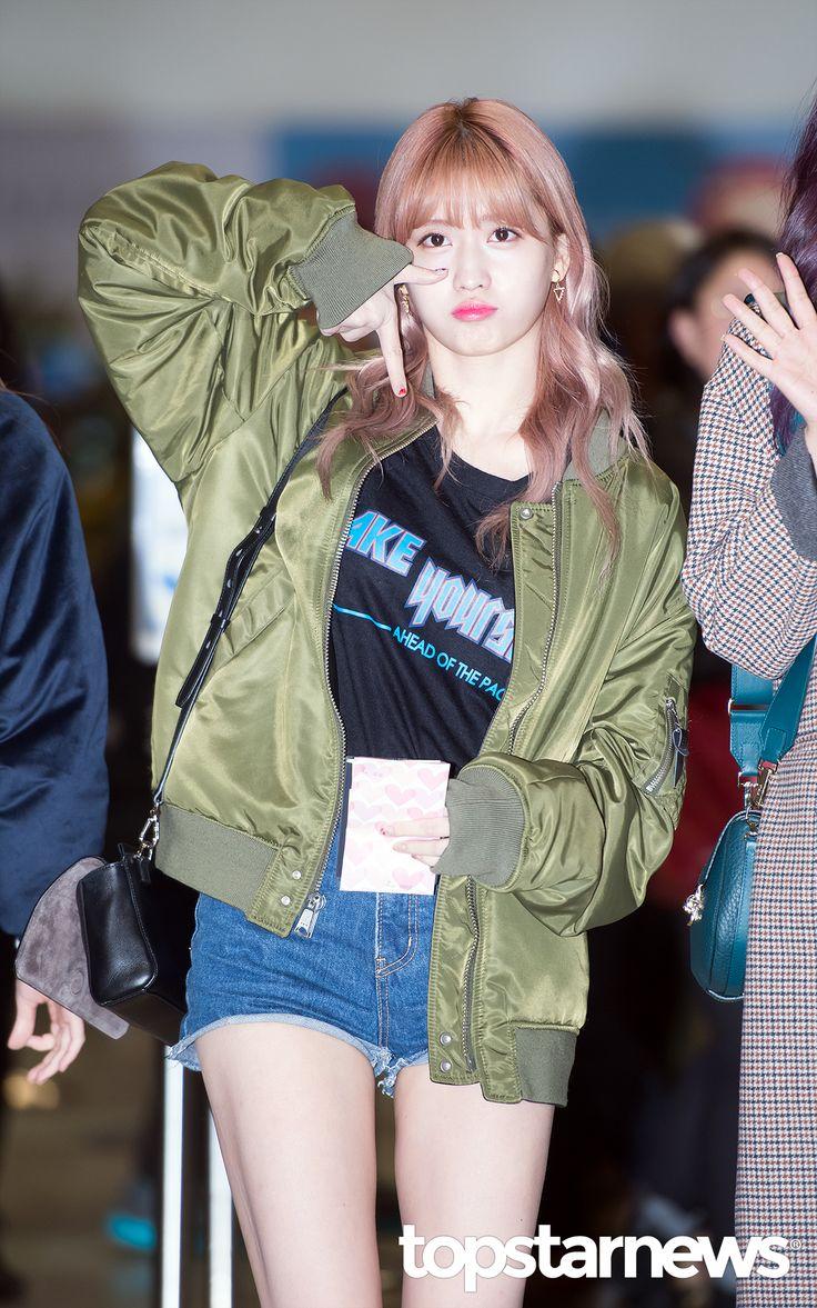 10월 27일 서울 강서구 방화동 김포국제공항을 통해 트와이스 모모가 제주도로 향했다. 트와이스 모모가 포즈를 취하고 있다.