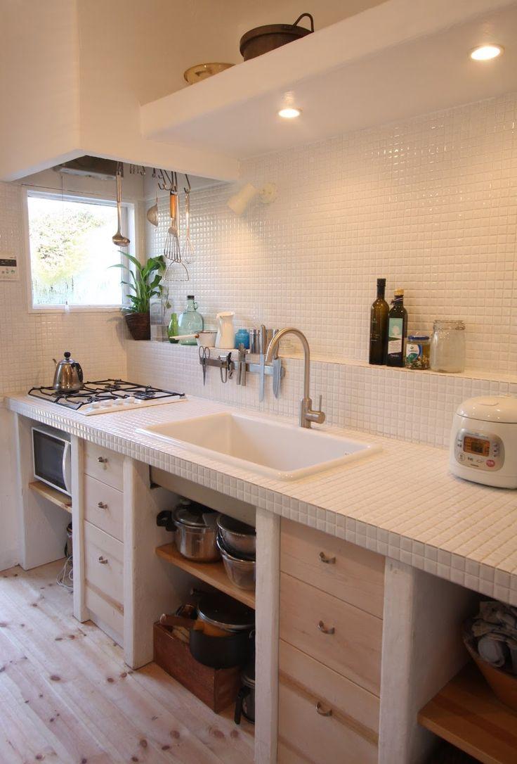 細かい白タイルをふんだんに使ったキッチンです。 きれいです。 タイルのひとつひとつが光を反射します。 壁の部分と台の部分は、大きさの違うものを使うこともよくありますが、 同じタイルで仕上...