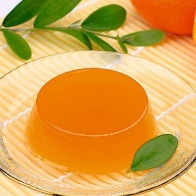 1. Pune pe foc sucul de portocale cu amidonul și zahărul tos. Amestecă-l să nu rămână cocoloașe și lasă pe foc până ce se îngroașă. Toarnă jeleul călduţ în boluri umezite cu apă rece. 2. Lasă-l să se răcească complet. Dacă vrei să răstorni jeleul pe farfurie fără să i se strice forma, scufundă fundul …