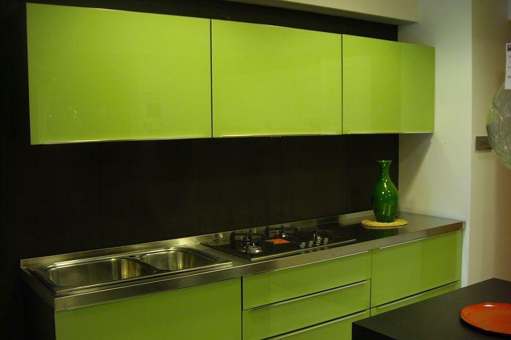 Cucina LUBE modello Pamela in offerta al 60% di sconto su www.mobistock.it - Elettrodomestici inclusi, Top con alzatina integrata e ante color verde mela