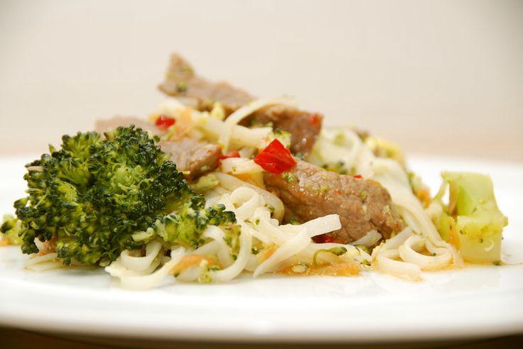 Stegte nudler er hurtig aftensmad, og her får de selskab af okseinderlår, forårsløg, broccoli og selvfølgelig en lækker, hjemmelavet sød chilisauce. Stegte nudler er dejlig aftensmad, der samtidig …