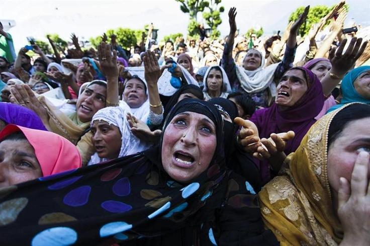 Muçulmanos rezam durante o festival de Miraj-Ul-Alam, que comemora a ascensão do profeta Maomé ao céu, em Srinagar, na Índia - http://revistaepoca.globo.com//Sociedade/fotos/2013/06/fotos-do-dia-7-de-junho-de-2013.html (Foto: EFE/ Farooq Khan)
