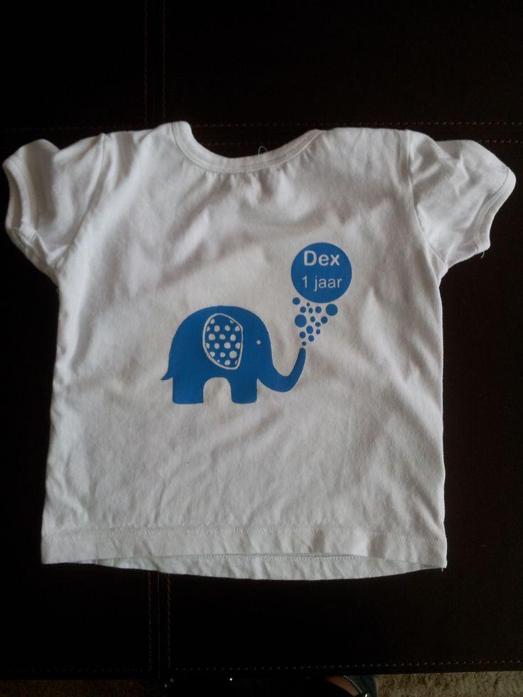 Mijn allereerste t-shirt bedrukt met Flex folie. De afbeelding kwam van de uitnodiging die ikl heb ingescand en bewerkt heb, zodat hij geschikt was om te snijden met de Silhoutte Cameo