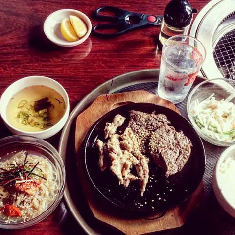 寝坊してあせったわ〜 うまかった♡  #まかない#肉#冷麺#スープ#サラダ#白飯
