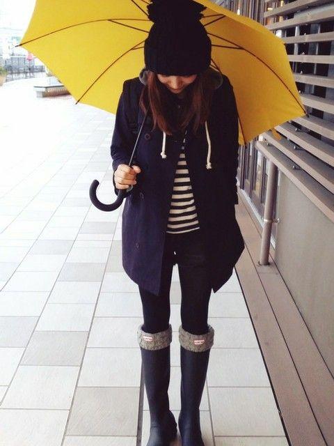 あえて傘で差し色を楽しむコーデ