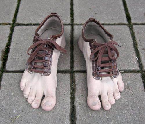 Na een aantal weken oriënteren heeft mijn man vandaag de perfecte wandelschoenen gevonden. In geuren en kleuren kreeg ik het (in mijn ogen totaal oninteressante) aankoopproces te horen. Hij liet ze zien met de kreet: 'mooi zijn ze hé!'Waarna ik een lelijke, grote, bruine, vierkante schoen van een kilo in mijn handen gedrukt kreeg. 'Ze lijken me wel makkelijk………. maar die kleur is echt wel afschuwelijk! Het is net diarree! Best veel geld voor zo'n lelijke schoenen!' Mijn man zijn gezicht…