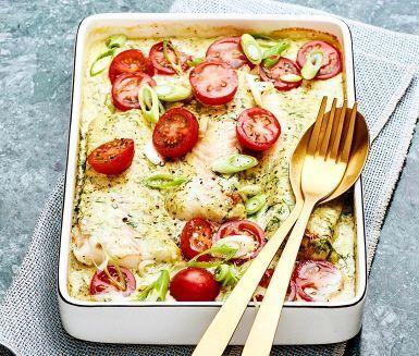 En delikat rätt som är busenkel att tillaga och full av smak. Torskfiléerna gräddas i ugnen med en krämig sås med smak av pesto och dill. Toppa med tunna skivor salladslök och röda körsbärstomater.