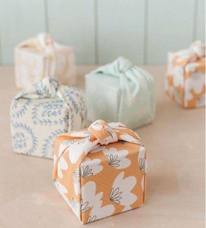 Фурошики - японское искусство творческого складывания ткани. Тут использовано в качестве обёртки для подарка. Больше идей подарков: https://abbigli.ru/ #Abbigli #подарок #хобби #рукоделие #handmade #Япония #идея #творчество #вдохновение #декор