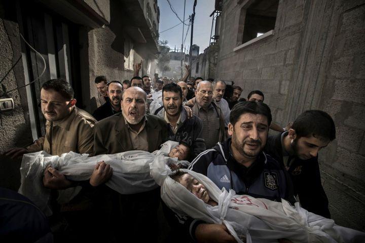 Gaza City, Palestinian Territories) World Press Photo of the Year 2012 by Paul Hansen. Dwuletni Suhaib Hijazi i jego starszy brat, Muhammad, zginęli gdy ich dom został zburzony przez izraelską rakietę.