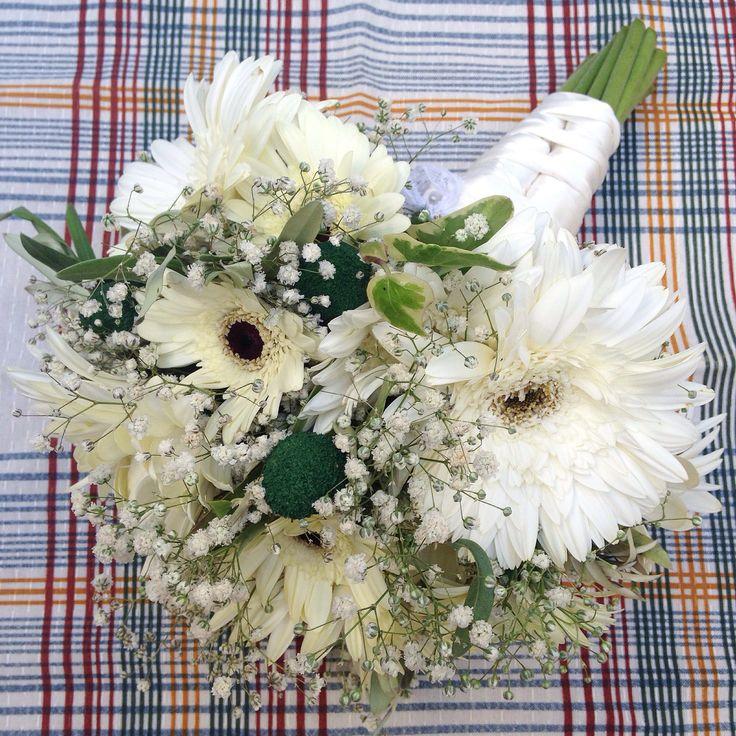 #bridalbouquet #wedding #bride #floral #ramodenovia #novia #boda #flores #flowers #flowerarrangement #gerbera #white #gerberabouquet #bouquet #laiaclaramunttallerfloral #sabadell #barcelona
