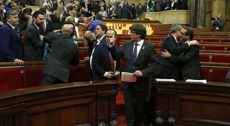 ] MADRID, Esp. * Viernes 27 de octubre de 2017. AP / AFP El presidente del Gobierno de España, Mariano Rajoy, anunció este viernes la destitución del presidente catalán, Carles Puigdemont, y de su ejecutivo, y la convocatoria de elecciones regionales para el 21 de diciembre, ante la declaración d...