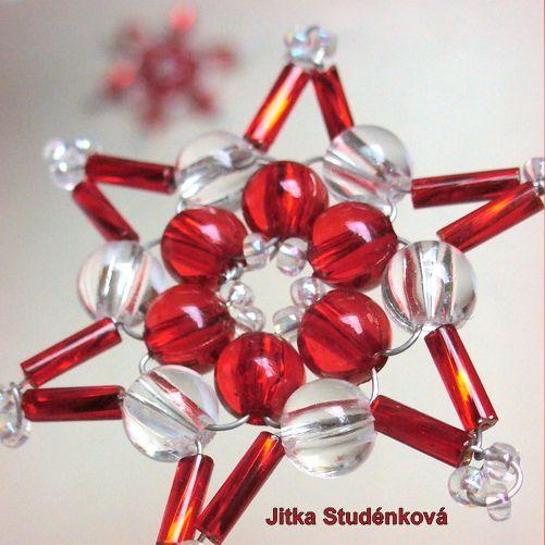 Korálková hvězda VIII. - červenočirá Štědrý večer je plný kouzel. Domov voní vanilkou a skořičí, plamínky svíček se odráží v třpytivých ozdobách. Drátkovaná korálková (čiré kuličky, rokajl, tyčinky) hvězdička o průměru 4,5 cm. Vánoční dekorace na stromek, vánoční stůl, ozdobení zabaleného dárku.