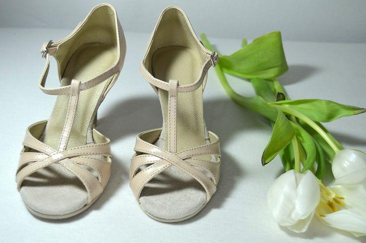 Svatební sandálky ecru - krémová, šampaň pravá kůže. Svadobné sandálky krémová - ecru pravá koža podľa návrhu klientky. Tanečné svadobné sandálky Veronique. svatební obuv, společenksá obuv, spoločenské topánky, topánky pre družičky, svadobné topánky, svadobná obuv, obuv na mieru, topánky podľa vlastného návrhu, pohodlné svatební boty, svatební lodičky, svatební boty se zdobením,topánky pre nevestu, strieborné svadobné topánky, stříbrné svatební boty