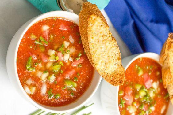 Vous avez envie d'une bonne soupe froide classique? Essayer cette recette c'est vraiment très bon avec les bonnes tomates fraîches