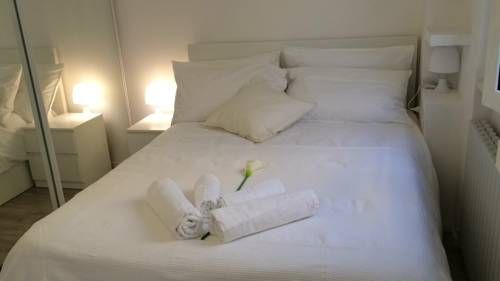 The White Apartment Milano The White Apartment offers modern accommodation with free WiFi in Milan city centre. It is a 10-minute tram ride from the nightlife of Navigli and 15 minutes by tram to Milan Cathedral.