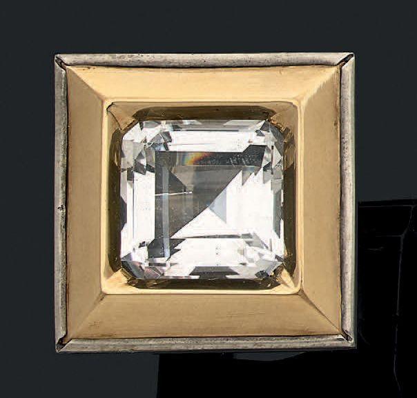 Importante bague en or jaune 18k et argent sertie d'une pierre blanche Tour de doigt: 53.5 Pb: 44.09gr A yellow gold and silver ring set with white stone. Ring size: 53.5 Weight: 44.09gr - Aguttes - 14/12/2016