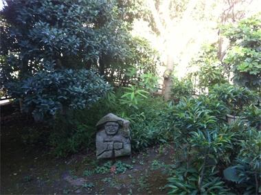 <田の神>実家の庭でいつも微笑んでくれているのは、「田の神」・・・鹿児島弁でいうところの「たのかんさぁ」。農耕神の一種ですが、このような石像が私の郷里ではあちらこちらで見られます。その昔は年に一度、お化粧をして外に連れ出し、お花見をさせたりしていたのだとか。【UOMO編集長 日高麻子】  http://lexus.jp/cp/10editors/contents/uomo/index.html  ※掲載写真の権利及び管理責任は各編集部にあります。LEXUS pinterestni  投稿されたコメントは、LEXUSの基準により取り下げる場合があります。