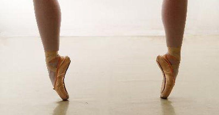 """Requisitos para ser um professor de dança. Talvez você sonhe em trabalhar em um estúdio de dança com piso de madeira, ajudando jovens bailarinas e ensinando piruetas ou """"demi-plié"""" na barra. Ou, talvez você queira trabalhar com dançarinos profissionais e coreografias complexas, antes deles se apresentarem em um grande show. Não importa o tipo de dança que você escolher, há um fascínio ..."""
