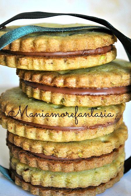 Provate a realizzare questi biscotti al pistacchio, sono buoni sia semplici che farciti con cioccolato fuso.