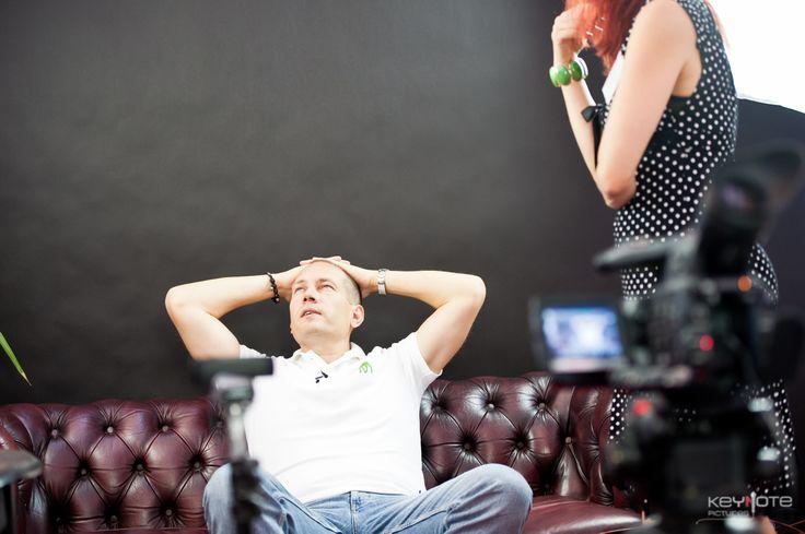 Martin Thorborg i studiet hos SkabDIgBare og Elisabeth Vind på Iværk&Vækst CPH 2013. Her en hurtig 'tænker' over, hvad der skal siges i interviewet.