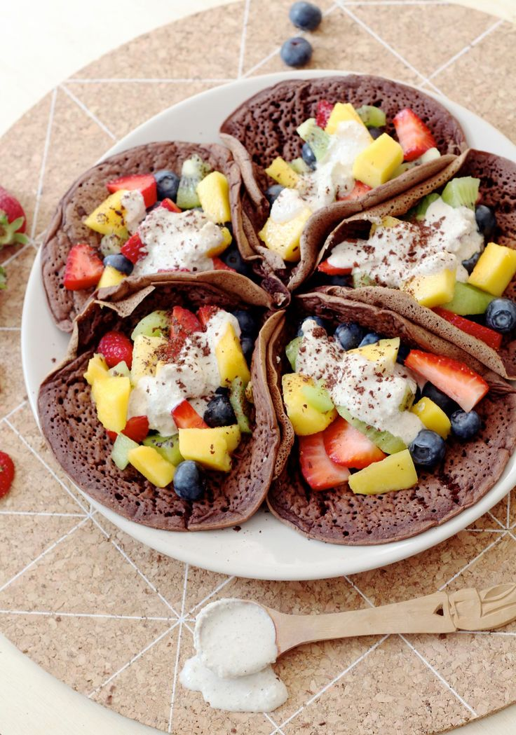 Vegan chocolate pancakes with fruit and cashew cream / de groene meisjes