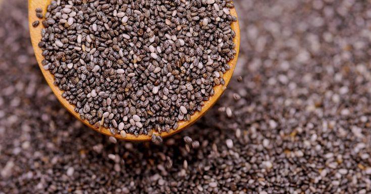 Efectos secundarios de las semillas de Chía. Las semillas de chía, tan familiares en esos anuncios comerciales de mascotas Chia fabricadas con terracota, son las semillas de la planta de salvia que está relacionada con la menta. Sin embargo, ellas pueden hacer mucho más que ofrecer esas exuberantes pieles verdes que aparecen en las mascotas Chia. Los efectos positivos de consumir semillas de ...