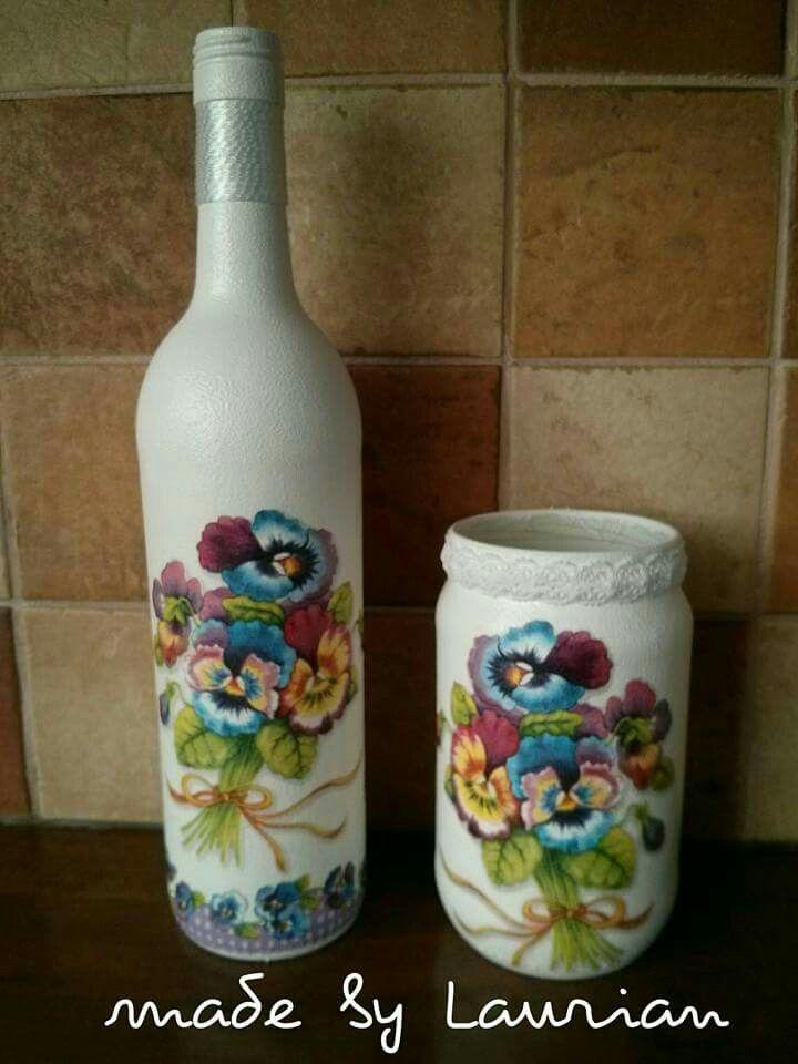 Fles en pot bewerkt met verf en een servet.
