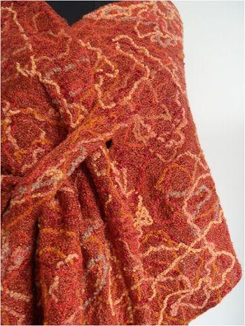Xale Pinhão 1. Xale de inverno. Trama realizada sobre manta de lã de carneiro; nesta trama com fios de seda, foram inseridos fios de lãs e linhas, pedaços de fitas, etc.