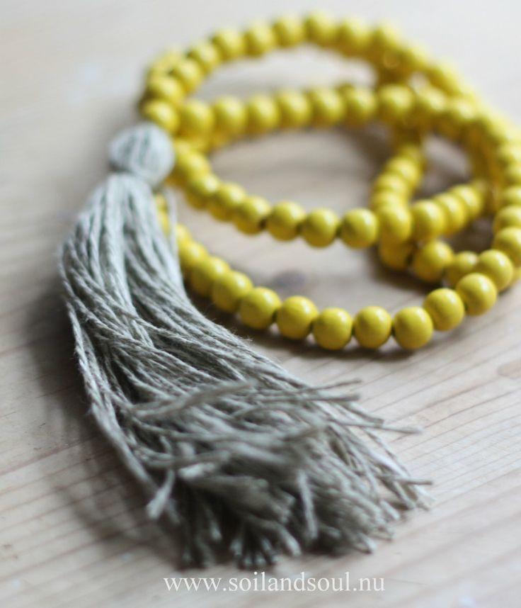 """Vårt Mala """"Manipura"""" - Står för elementet eld och färgen är gul. Tofsen i ekologiskt linne och representerar det naturliga och enkla. Manipura - stärker relationen som vi har till oss själva och andra."""