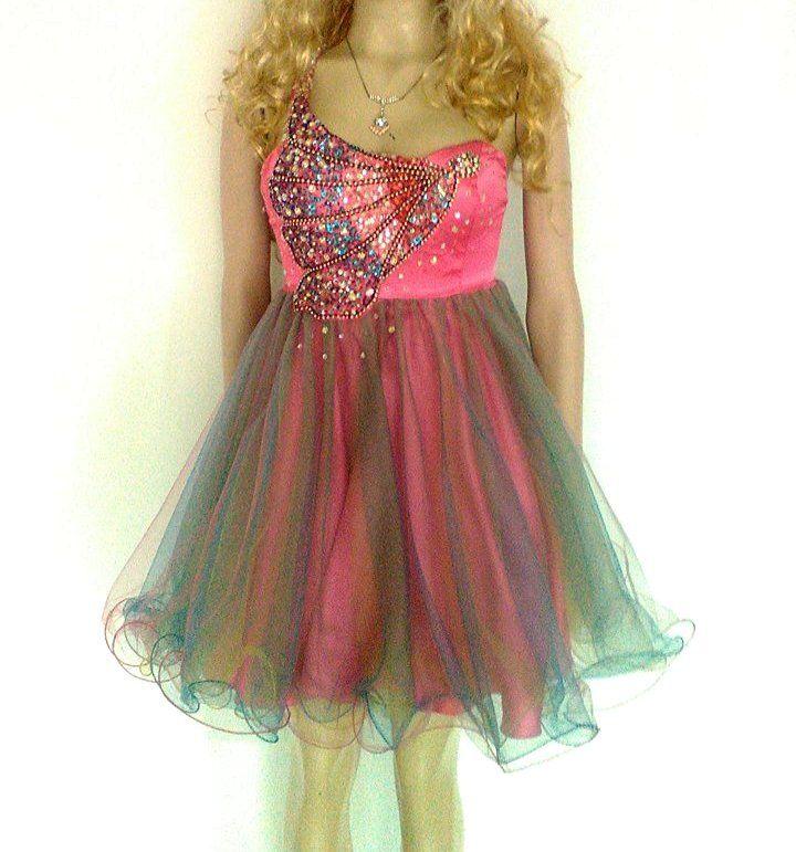 Vestido corto para quinceañera, rosado, detalle de mariposa hecha con pedrería y falda en tul.