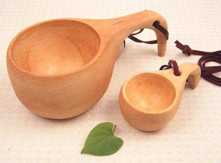 ◆北欧からの直輸入!!北欧雑貨●ククサ<kuksa>とは・・・北欧のラップランド地方に伝統的に伝わるカップです。ククサ<kuksa>を贈られた相手は、幸せになれるといいつたえられています。ククサ<kuksa>は、自分の為でなく大切な人に贈られる事が多いそうです。 親から子供へ、また結婚や出産のお祝いに。子供の頃は、離乳食やミルクを・・大人になればコーヒーやワインなどお酒を飲む為にも使われ、使い込むごとに、深い味わいがでる そんな風に、一生を共にするマイカップとして使われるそうです。●大切に長く使っていただく為の<ご利用の案内書>を1点につき1枚、当社では入れさせていただいております。注意事項の欄に記載してあるのが案内書の内容です。★ククサの販促ポップはこちら【ご注文前に必ずお読みください】※木の性質上、ブルーステインという現象で材面が灰青色〜黒青色に変色した部分がある場合があります。なお、ブルーステインは製材した後に色の変化が進行することはなく、木材の強度にも影響しないと言われております。…
