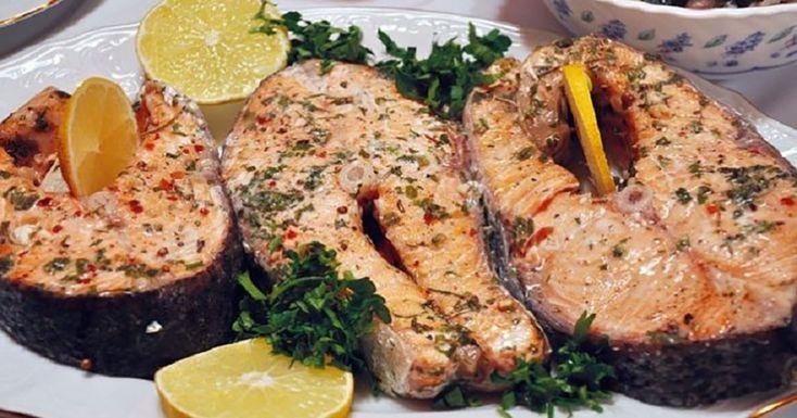 """""""Somonul în folie la cuptor"""" este un deliciu cu gust divin, foarte apetisant și aromat, ideal pentru cină. Somonul este un pește nobil cu o valoare nutritivă semnificativă și care are o mulțime de beneficii pentru sănătatea noastră, oferindu-ne o piele sănătoasă, o inimă și un sistem imunitar puternic și o minte sănătoasă, fiindcă este …"""