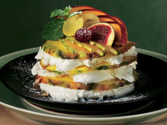 Ananas Dilimleri ve Vanilyalı Dondurma  Ananasın kabuğunu ayıkladıktan sonra 24 adet ince dilim kesin. 1 porsiyon için 4 dilim ananasın her bir katına 1 çorba kaşığı dolusu dondurma sürün. 6 porsiyon hazırlayıp buzlukta 2 saat dinlendirin. Servis yapmadan birkaç dakika önce buzluktan çıkartıp isteğe göre taze meyve dilimleri, nane yaprağı ve pudraşekeriyle süsleyin.…