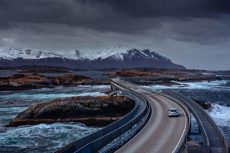 A Atlantic Ocean Road, na Noruega, é uma estrada de 8 km de extensão sobre mar aberto, com direito a muita água salgada na pista. Leia mais sobre esse projeto de arquitetura ousada: http://scup.it/74i4