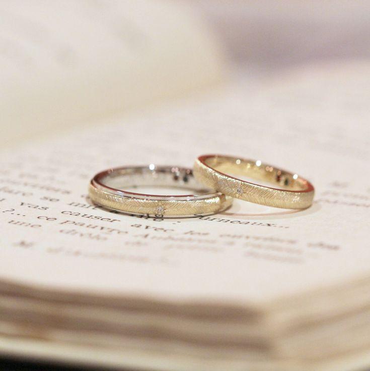 男性はプラチナとゴールドのコンビカラー、女性はゴールドでお作りした結婚指輪。   中心のダイヤモンドから広がる羽模様の飾り彫りをお揃いに。 男性のリングは、内側と外側でそれぞれ異なる地金でつくったリングを合わせてお仕立てしました。  [marriage,wedding,ring,gold,Pt900,マリッジリング,ウエディング]