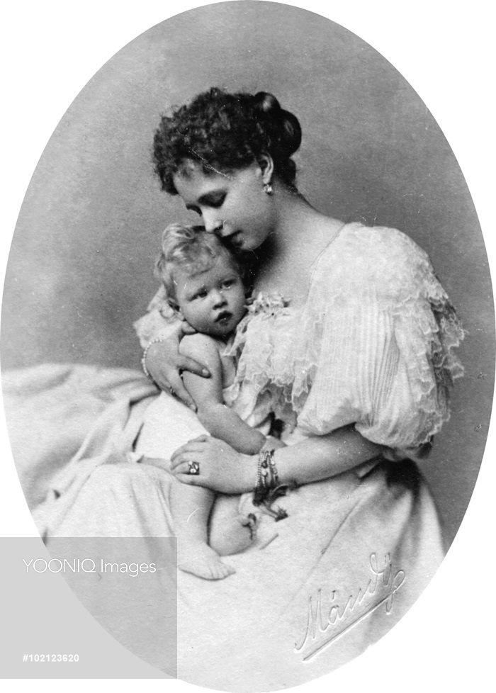 Princesse Marie d'Edimbourg et de Saxe-Cobourg, princesse héritière de la Roumanie, plus tard reine de Roumanie (1875-1938), avec son premier enfant, le prince Carol, plus tard le roi Carol II (1893-1953) en 1894.