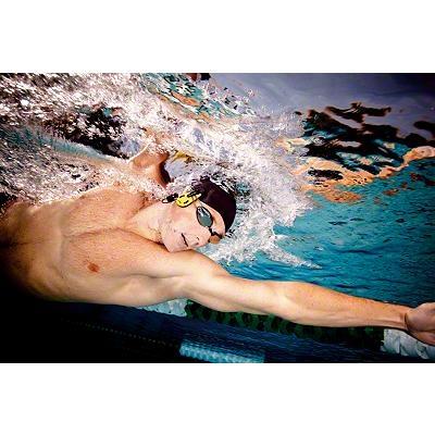 Beim Schwimmen die Herzfrequenz messen: Den Pulsmesser am Brillenband und am Ohrläppchen befestigen!