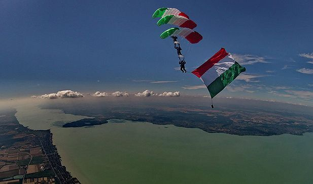 a Balaton a magasból, ejtőernyősökkel. Hungary