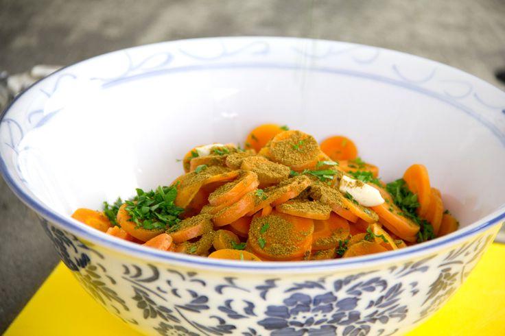Un'insalata di carote davvero buona con l'aggiunta di uova olive e altri semplici ingredienti. Ah, non dimenticare il cumino, fondamentale!