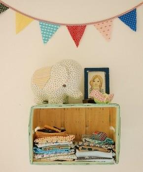 Oud kistje als kastje. Wat leuk en eenvoudig! Een kistje aan de muur gehangen als klein kastje voor dierbare spulletjes.