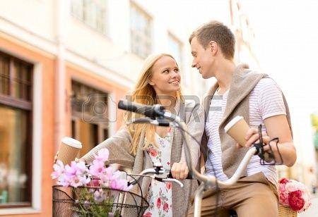 letnie wakacje, rowery, miłość, związek i koncepcja randki - Para z rowerów w mieście Zdjęcie Seryjne - 22870067
