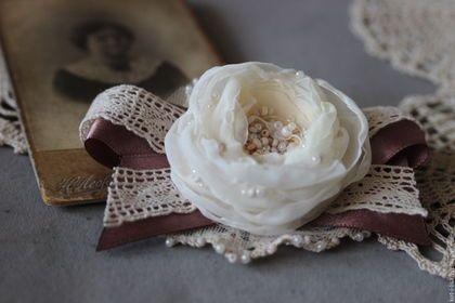 Купить или заказать Брошь цветок брошь-бант с розой из ткани 'Сливочно-розовый' в интернет-магазине на Ярмарке Мастеров. Брошь бант с розой из ткани - это особенное украшение для утонченных леди. Брошь в форме банта продолжает коллекцию 'Воспоминания. Год 1890' В этой броши есть все: изящное кружево ручной работы, атласные ленты, крошечная роза из шифона и органзы, деликатно украшенная бисером. Брошь бант идеально подойдет для ношения под воротничок рубашки или блузки.