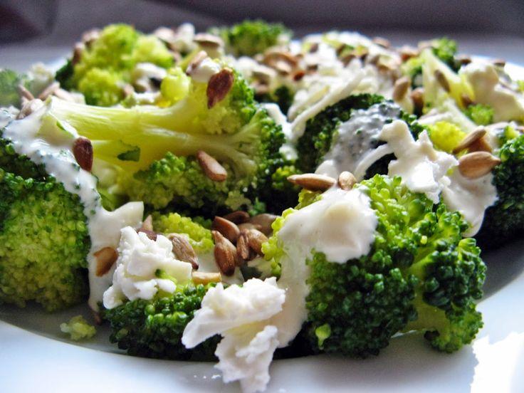 Feel Eat!: Sałatka z fetą i brokułami z dressingiem jogurtowym