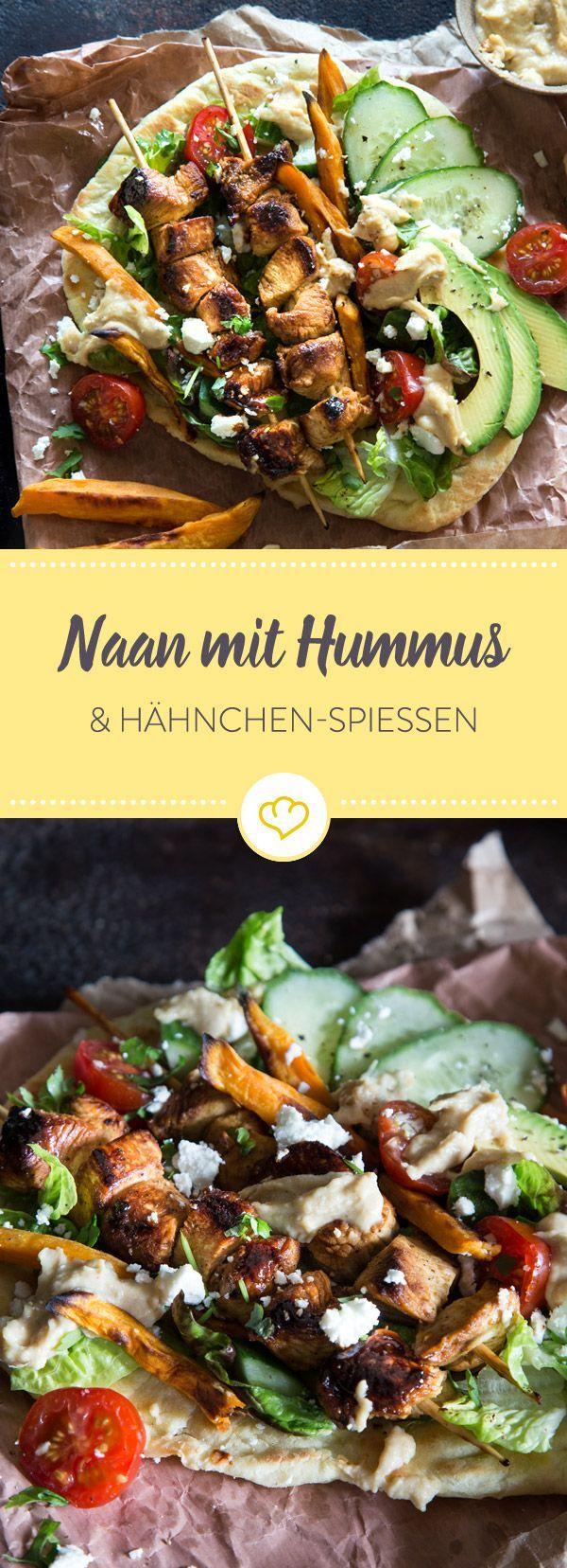 Die Basis des guten Geschmacks liefert frisches Naan-Fladenbrot aus der Pfanne. Es folgen Schichten von Hummus, Salat, Tomaten, Gurke, Avocado und Feta.