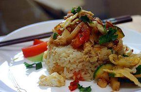 La meilleure recette de Riz frit thaï (Kow Pad)! L'essayer, c'est l'adopter! 4.6/5 (27 votes), 14 Commentaires. Ingrédients: 3 cuillères à soupe d'huile d'olive,1 cuillère à soupe de Sauce de soja, 1 cuillère à café de Sauce de poisson (Nouc Nam),du sel et du poivre, 1 oignon coupé en rondelles, 2 gousses d'ail émincé, 1 tomate coupée en tranches, n'importe quels légumes que vous pouvez trouver dans votre frigo (carottes courgettes chou etc...), 1 œuf, 200 gr de viande (porc poulet bœuf…