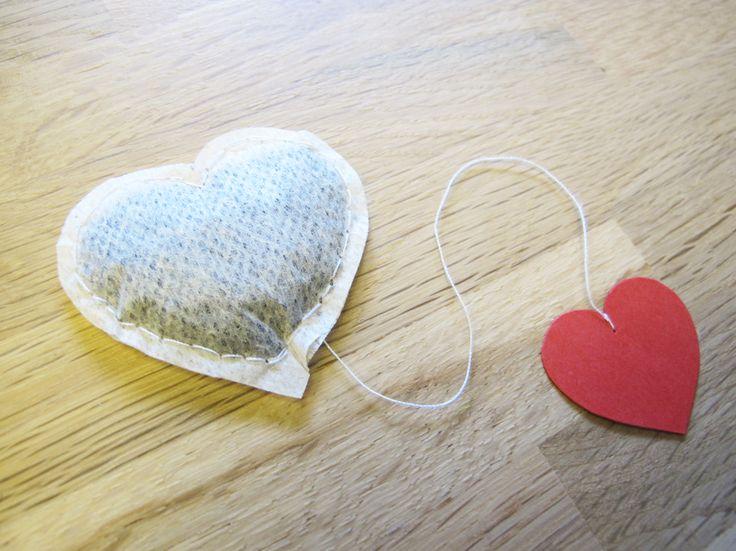 Hartverwarmende thee. Op zoek naar een origineel cadeau voor je beste vriend of vriendin op Valentijnsdag? Houdt hij/zij toevallig heel erg van thee? Maak dan dit 'hartverwarmende' cadeau. Namelijk: hartvormige theezakjes.