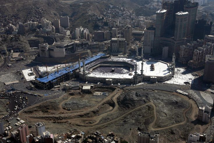 An aerial view shows the Grand Mosque, Islam's holiest site, amid booming construction in the Saudi city of Mecca on December 9, 2008.