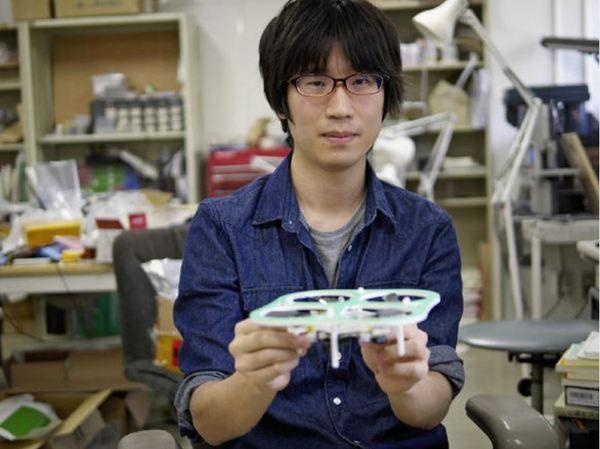 Аспирант Токийского университета разработал и вывел на рынок небольшой беспилотник Phenox 2, который летает по составленной владельцем программе, не используя GPS и не нуждаясь в дистанционном управлении.